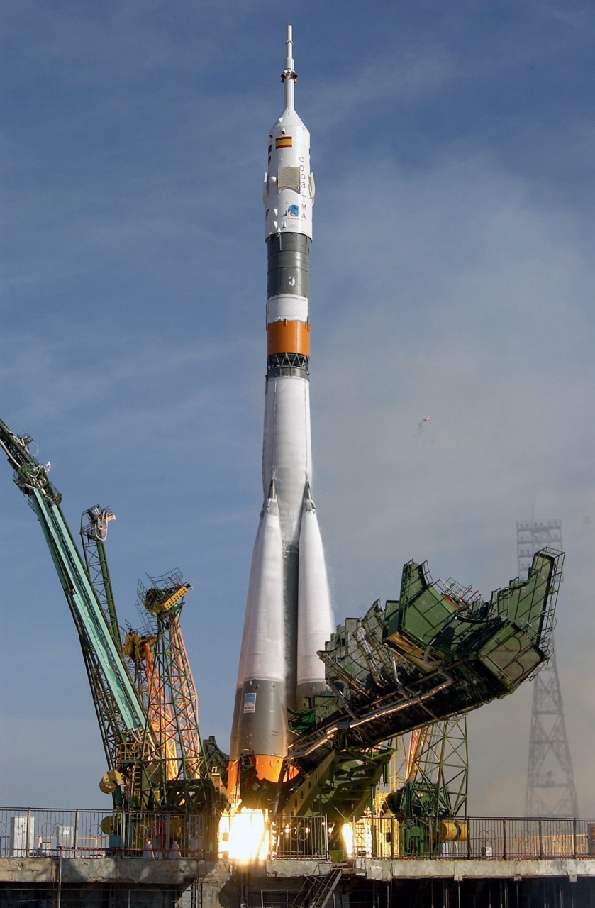 a history of the events that happened during the launch of american apollo and russian soyuz