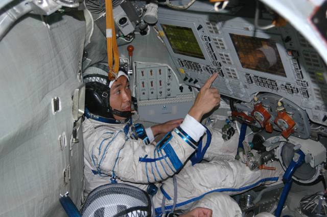 do astronauts in the space station experience gravity - photo #5