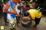 Locals gather around the object (Credits: Lelé Vamos, Mr Notícias)