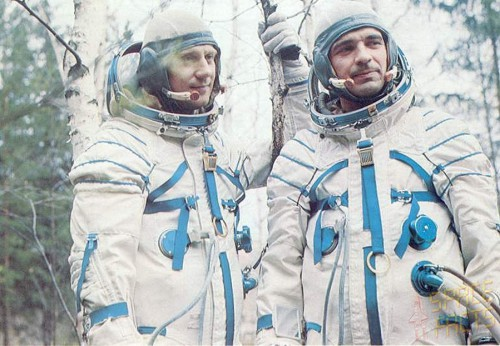 Cosmonauts Zudov (right) and Rozhdestvensky spent 1.5 hours trying to writhe and cut themselves out of their pressure suits (Credits: Joachim Becker / SpaceFacts.de).