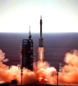 The launch of Shenzhou-5 on a Long March 2F rocket (Credits: AAxanderr/Wikipedia).