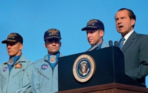 President Nixon presents award to Apollo 13 crew